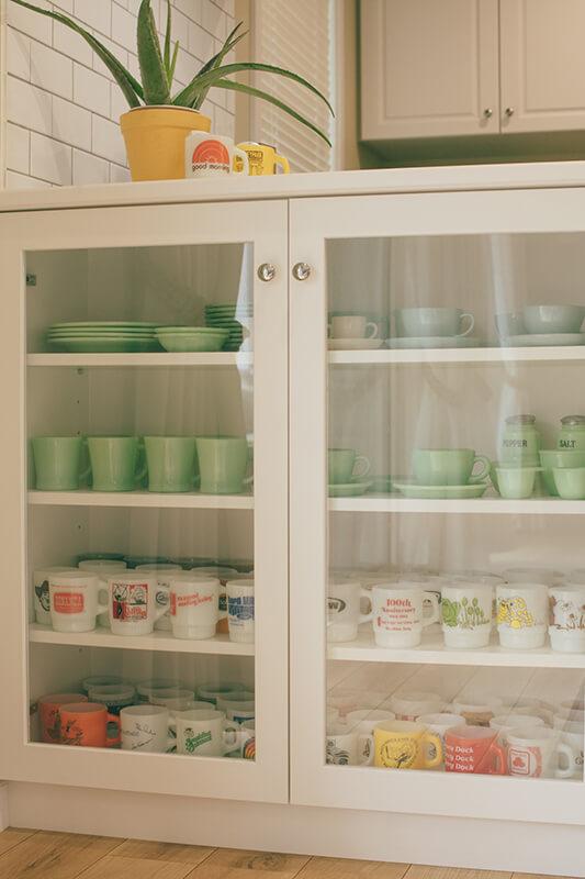 インテリア性を損なわない白い食器棚