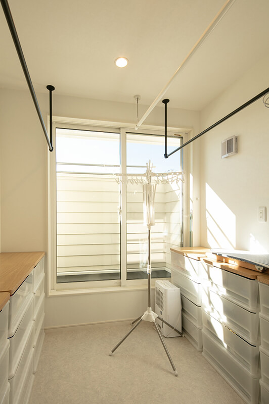 花粉や梅雨の時期にも便利な物干し部屋