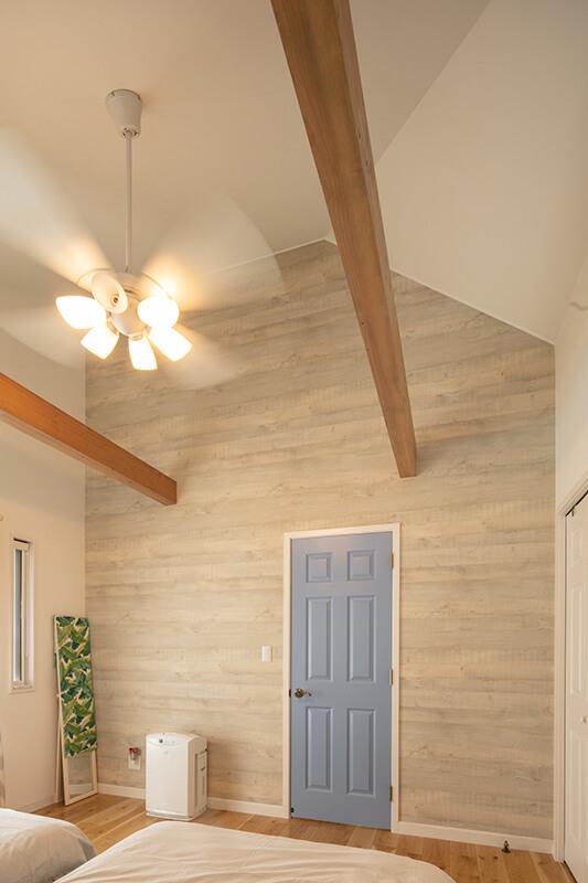 天井の高い吹き抜け寝室