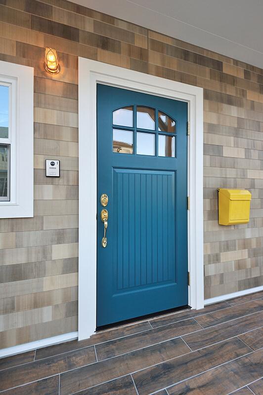 カラーが素敵なウッド調サイディング輸入玄関ドア